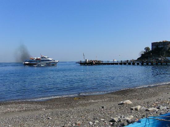 Residence Hotel La Giara: Blick auf die Anlegestelle von der Uferstraße vor dem Hotel