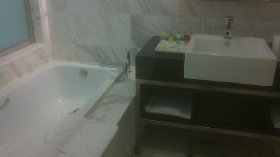 Century Kuching Hotel: Bath Room