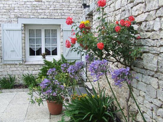 Hotel Le Peu Breton : Patio fleuri, typiquement réthais