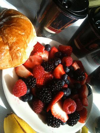 Hotel Sorella CITYCENTRE: Fresh berries from hotel continental breakfast!