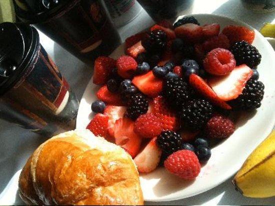 Hotel Sorella CITYCENTRE: Fresh berries from hotel continental breakfast!
