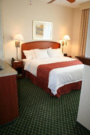 Courtyard Middlebury: sleep well in our single King Bed room