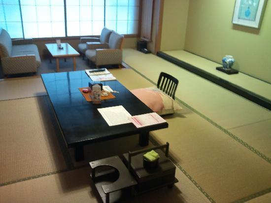 Yoshikawaya: 広〜い部屋