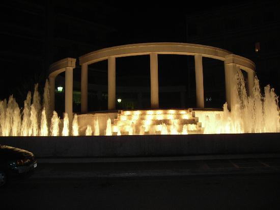 Loutraki, Grécia: la fontana di fronte dell'albergo
