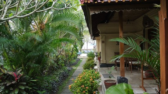 Nusa Indah Bungalows: Garten mit Bungalows
