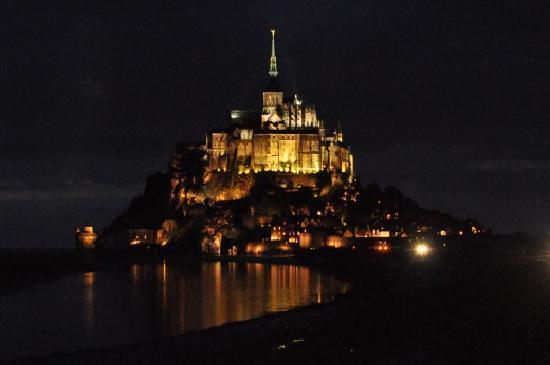Hotel Mercure Mont Saint Michel: 夜のモンサンミッシェル