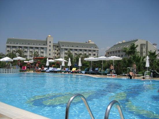 PrimaSol Hane Garden: Poolanlage und Hotel im Hintergrund