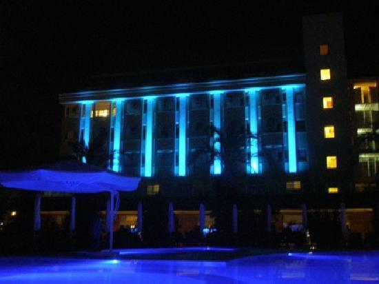 PrimaSol Hane Garden: Hotel bei Nacht