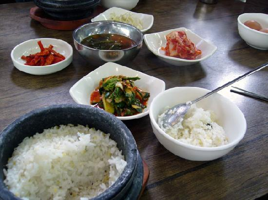 Mister Yeonjidong Soondubu : 小皿が色々と付いてきます
