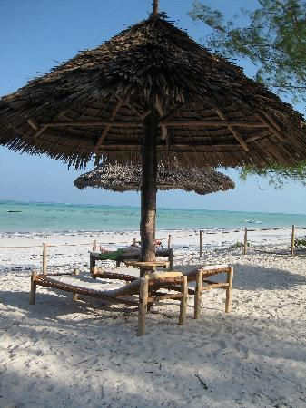 Dhow Inn: the beach bed area