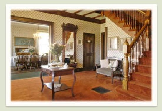 Geyser Lodge Bed & Breakfast: The parlor