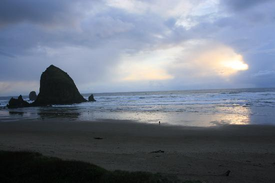 Hallmark Resort Cannon Beach: stormy sunset from balcony