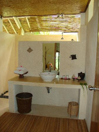 Segara Villas: The bathroom