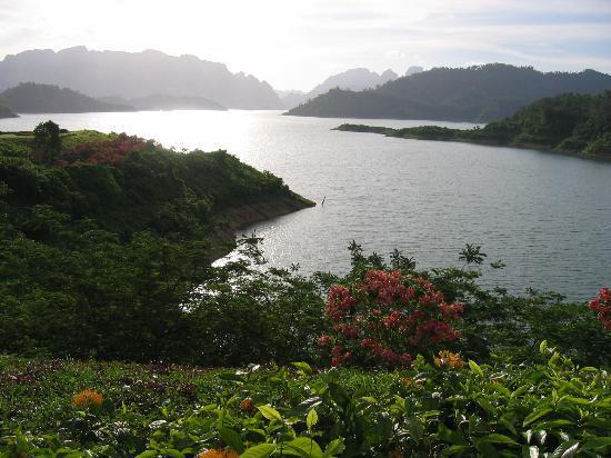 Khao Sok Valley Lodge: The Lake