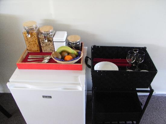 Moonlight Guest House: Mini fridge and cereal etc.