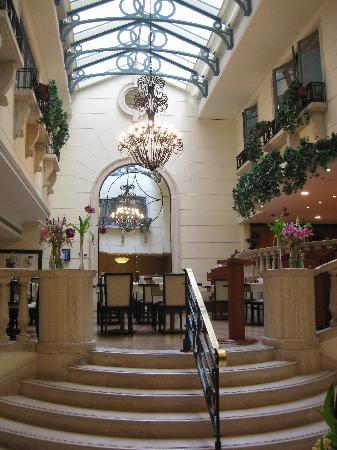 Radisson Blu Martinez Hotel, Beirut: Lobby and restaurant area