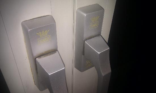 Hotel Imlauer & Bräu: window handles