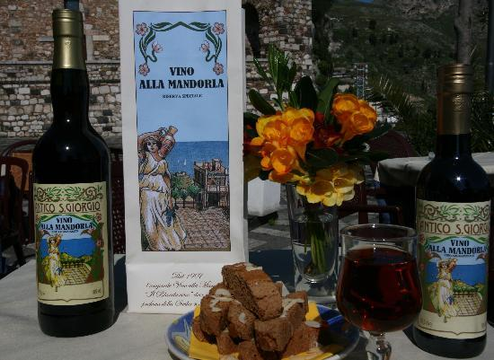 Castelmola, Italy: Antico Caffè San Giorgio Vino alla Mandorla Il Blandanino