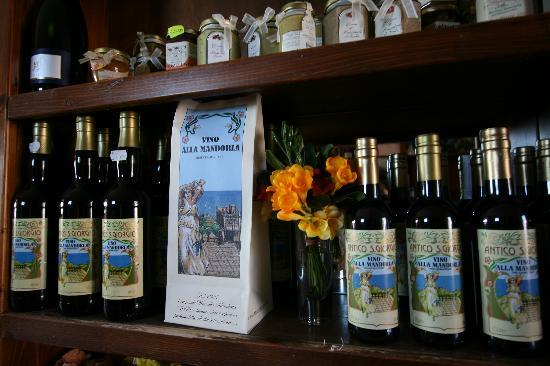 Castelmola, Italy: Vino alla Mandorla Blandanino Antico Caffè San Giorgio