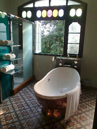 CASA Colombo Collection: Bathroom overlooking the pool