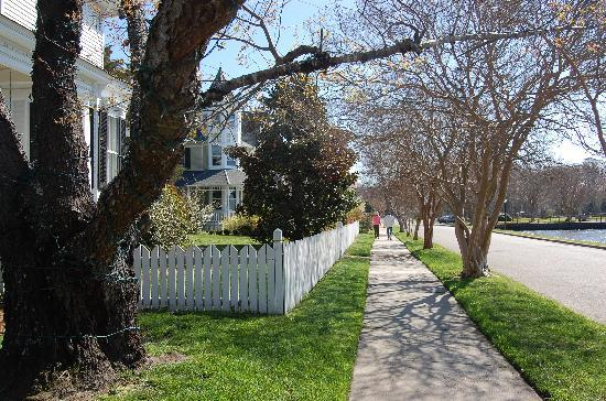 Edenton, Carolina del Norte: Inviting sidewalks pass inviting porches