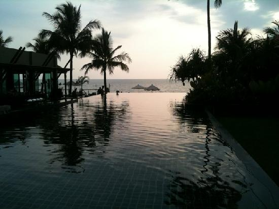 Chongfah Beach Resort: Bild från poolen med havsutsikt, restaurangen till vänster