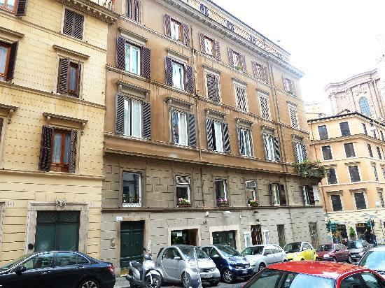 Casa Howard Guest House Rome : The building where Casa Howard is located.
