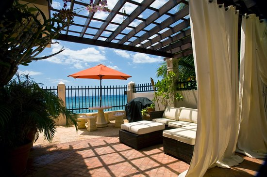 Tres Sirenas Beach Inn: Oceanfront patio