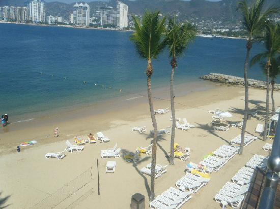 Park Royal Acapulco: Yep--this the the whole beach--its nice but VERY small!