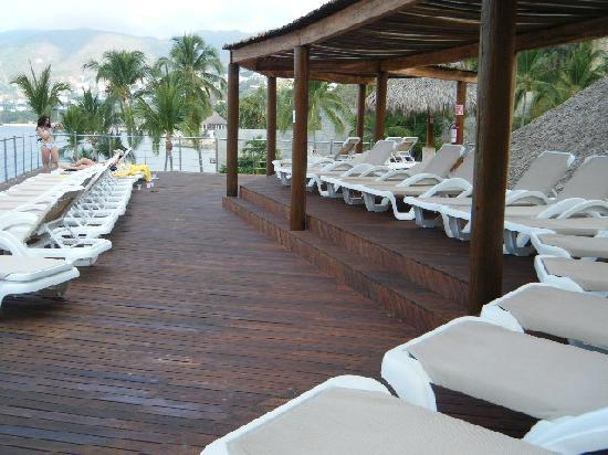 Park Royal Acapulco: This area is above the resturant by the pool--go here when it is too busy by the pool to get a c