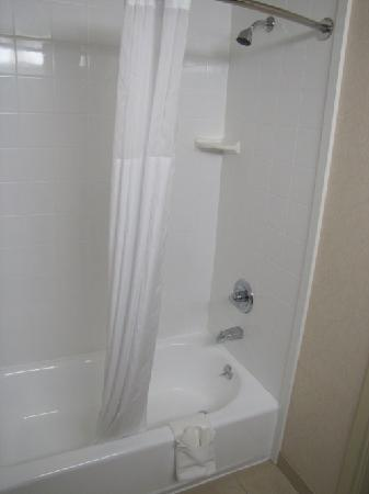 Country Inn & Suites by Radisson, Ontario at Ontario Mills, CA: clean well equiped bathroom