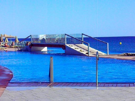 Petra Mare : infinity pool with bridge