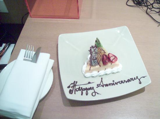 Dusit D2 Chiang Mai: Gorgeous anniversary cake left in our room.