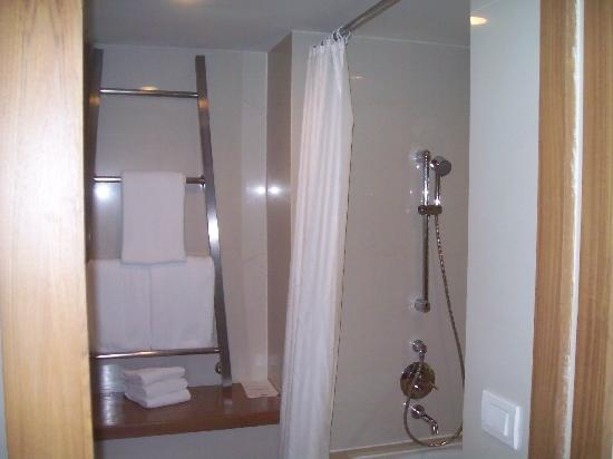 Dusit D2 Chiang Mai: Shower is in the bath.