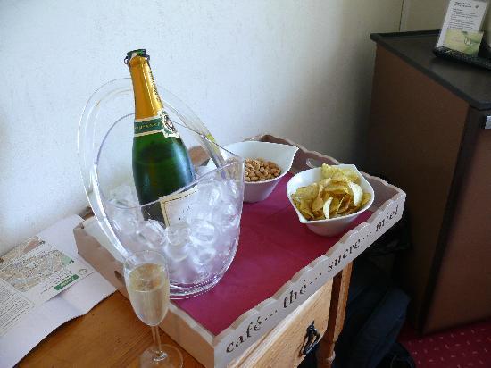 Hotel Saint Cyr : Champagne en chambre