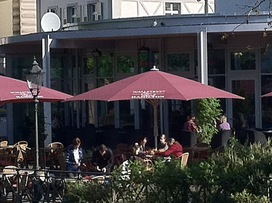 Wallstreet im Hamilton: Outdoor dining area next to Oos River
