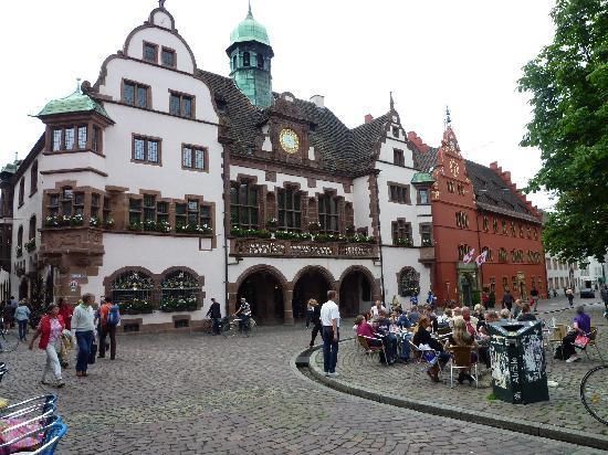 Freiburg, Deutschland: i due palazzi municipali: l'Alte e il Neue Rathaus