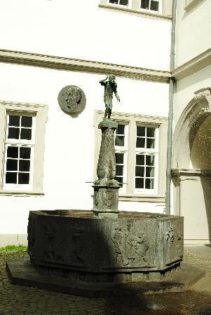 Gasthof-Hotel Schmause Mühle: Koblenz spitting boy.