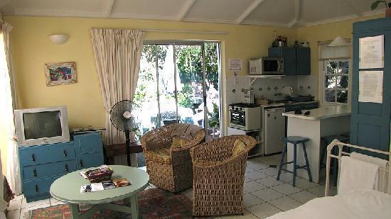 Eastbury Cottage: La pièce principale - le coin salon et cuisine