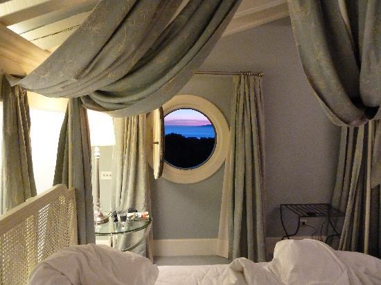 Hotel Iturregi: Bedroom porthole window