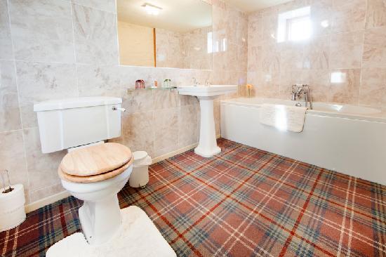 Harrop Fold Farm: Valley View en-suite bathroom