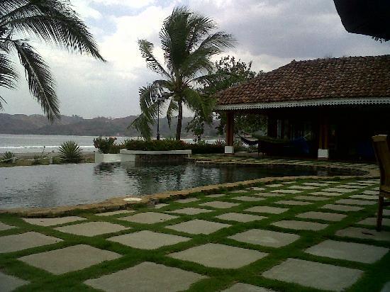 Villa Marina Lodge: Pool and bar / tv room