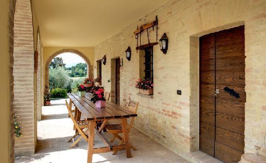 Agriturismo i Mille Ulivi: il porticato dell'appartamento S. Felice