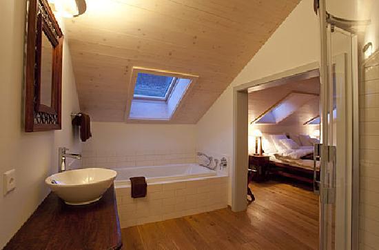 La chambre sous le toit offre salle de bains wc s par s for Salle de bain sous les toits