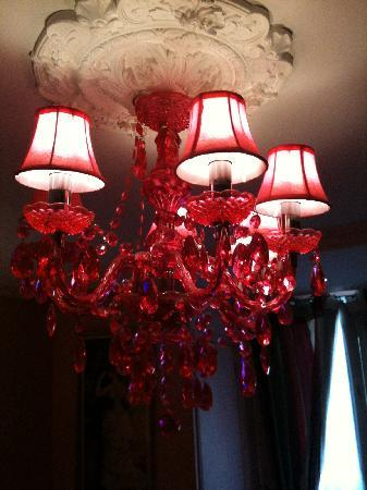 Hotel du Levant: Pink Chandelier in Room 50