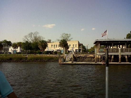 Riverview Hotel: From the Cumberland Ferry, coming in