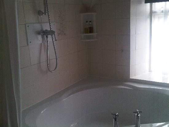 Stonecroft Hotel: Bathroom with corner bath and shower