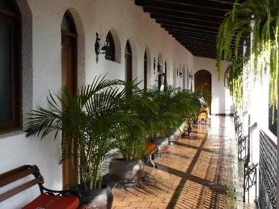 Casa Florencia Hotel: The walkway outside my room