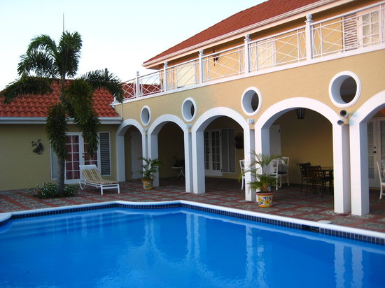 Polkerris Bed and Breakfast: Verandah and pool