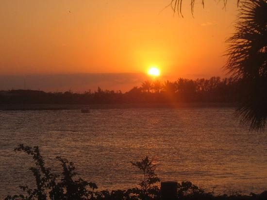 Palm Beach Shores Resort and Vacation Villas: Beautiful sunsets- over looking Peanut Island
